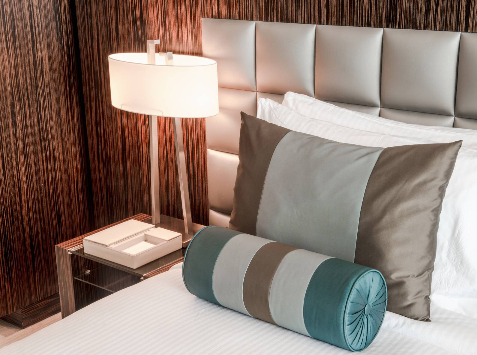 hotel_bedside_lamp_led-comp